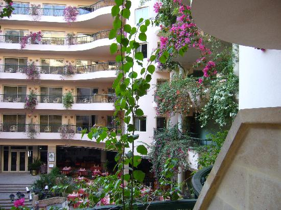 Steigenberger Nile Palace Luxor : courtyard to right