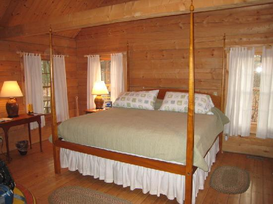Murphin Ridge Inn: bed in our cabin