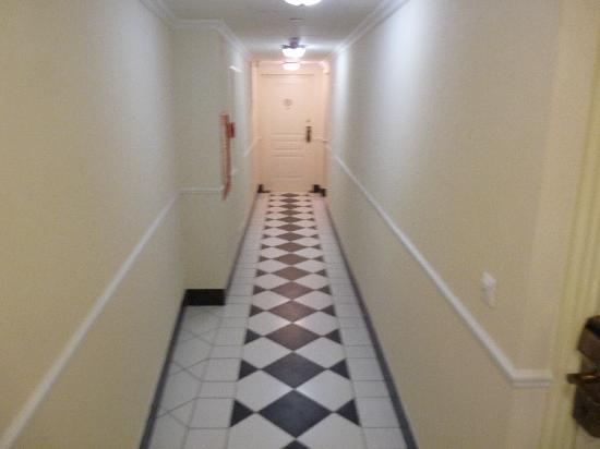 Queen's Court Hotel & Residence: couloir de l'hôtel