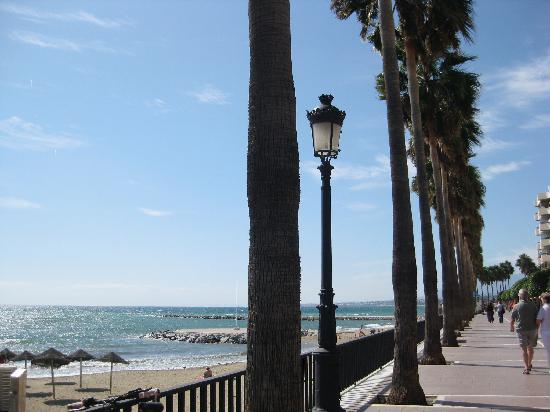 La Villa Marbella: Marbella beach/boardwalk