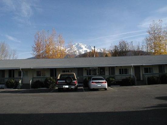 Cold Creek Inn: shasta in background