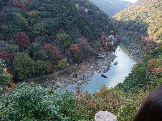 كيوتو, اليابان: Cruise boat comes down here, Arashiyama, Kyoto