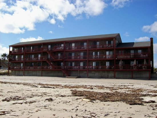 Cape Ann Motor Inn: View of the back from the beach