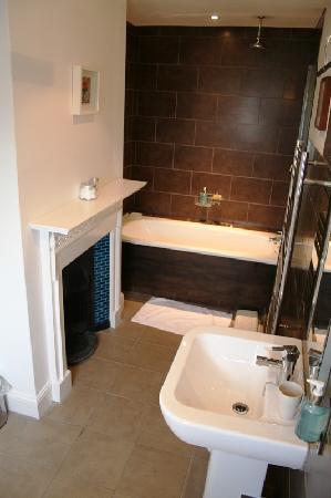 Prested Hall Hotel: bathroom