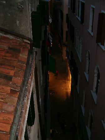 Residenza Ca' San Marco: View from Balcony at night of street belwo