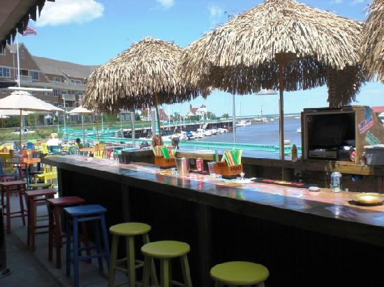 DoubleTree by Hilton Racine Harbourwalk: Outdoor Tiki Bar in Summer