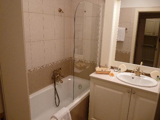 Queen's Court Hotel & Residence: salle de bains