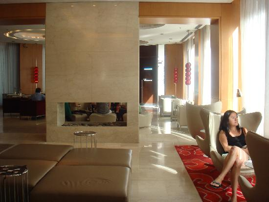 725 Continental Hotel: Lobby