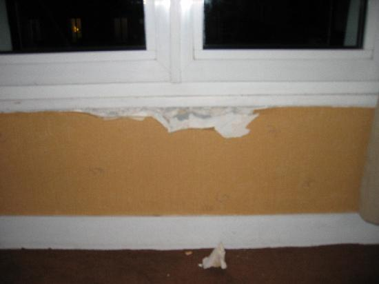 Le Glam's Hotel: tapisserie décollée et plâtre en morceaux