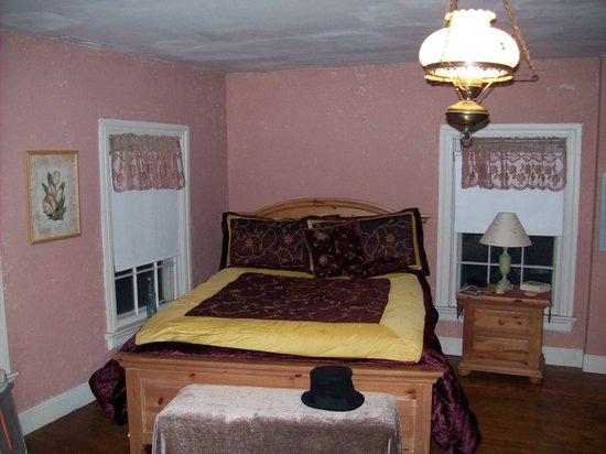 Montague's Bed and Breakfast, BBQ and Philosopher's Coffeehouse: bedroom