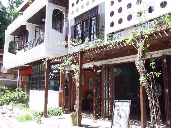 Micasa Guesthouse: 入り口横のオープンスペース(カフェ)