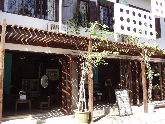 Micasa Guesthouse: 建物正面を左から撮影