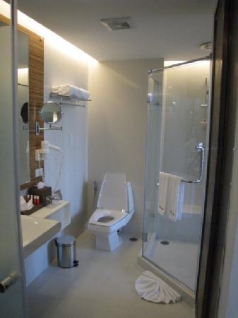 Sacha's Hotel Uno: Bathroom