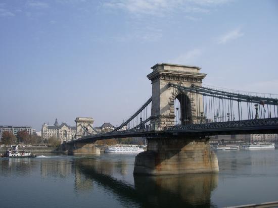 Golden Park Hotel: le pont des chaines (Szechenyi lanchid), entre Pest et Buda