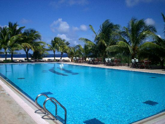 Hulhule Island Hotel: pool at Hulhule