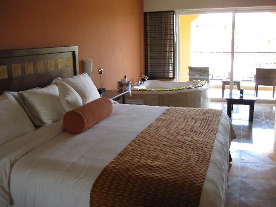 Hacienda Tres Rios: Bedroom with balcony-many have jacuzzis