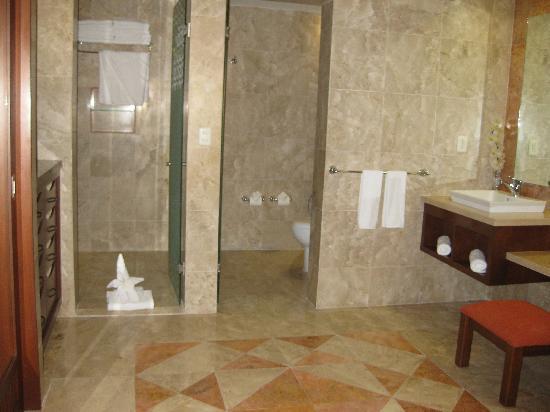 Hacienda Tres Rios: Bathroom - some have jacuzzis