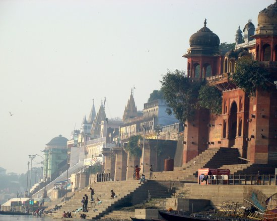 Varanasi, Indien: Ancient buildings by one of the numerous 'Ghats'