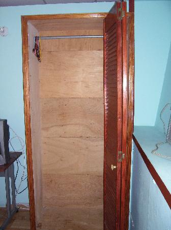 Alicia's Guest House: Closet