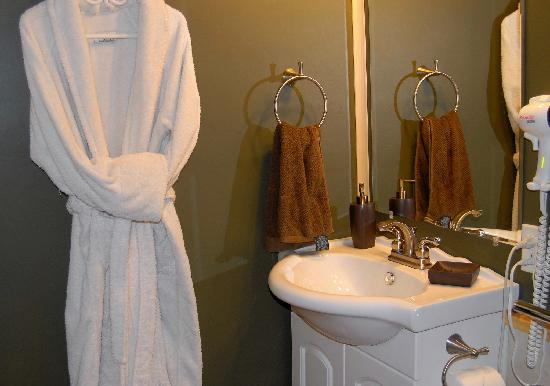 Rising Moon B&B: Bathrobes for guests