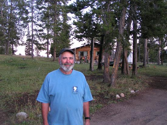 Crevice Mountain Lodge: Paul in front of Lodge where Cheryl is cooking