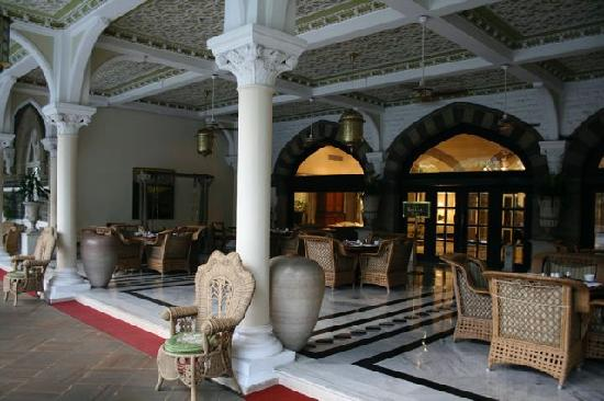 The Taj Mahal Palace: Outdoor lounge near lobby - Taj Hotel Mumbai