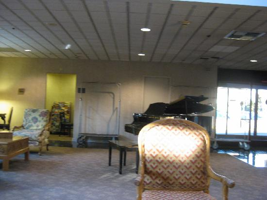 Coast Wenatchee Center Hotel: Lobby with grand piano