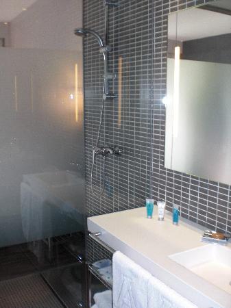 Hotel Eurostars Monte Real: Baño y ducha con paredes de cristal