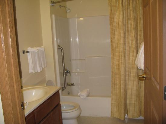TownePlace Suites Detroit Sterling Heights: bathroom