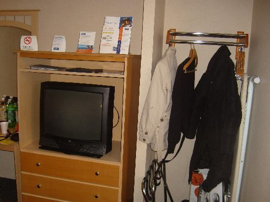 Woodside Motel: TV & Storage area