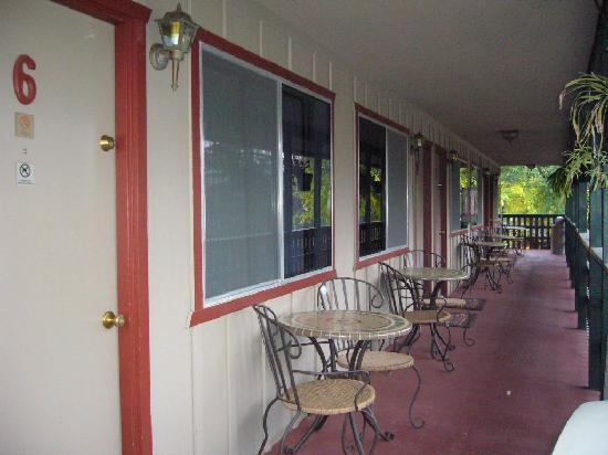 The River Inn & Cabins: Hotel upper floor