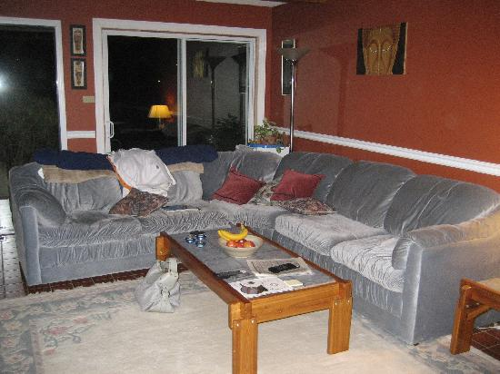 Water's Edge Bed & Breakfast: Comfy couch