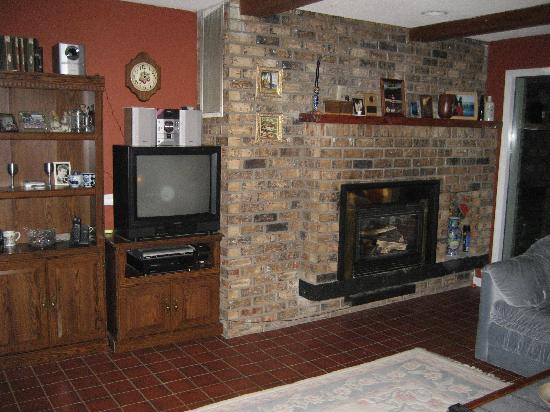Water's Edge Bed & Breakfast: Warm fireplace