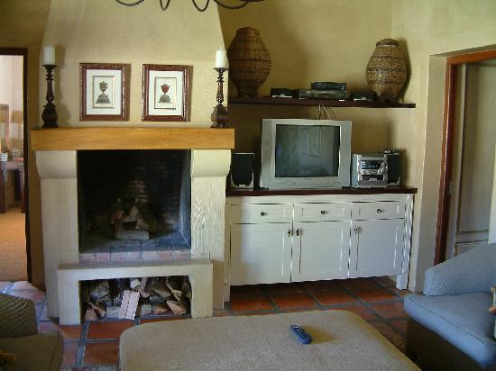 Burgundy Bourgogne Cottages : Lounge hi-fi, tv etc