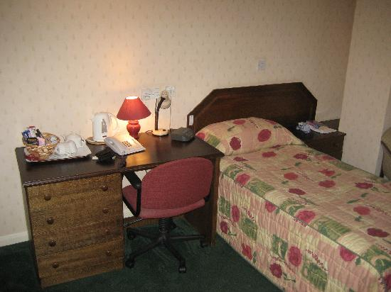 Lysses House Hotel: Bedroom, showing desk and tea making facilities.