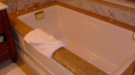 Fairmont Grand Del Mar: The big tub in the bathroom.