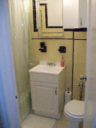 Brooklyn Suites: Bathroom
