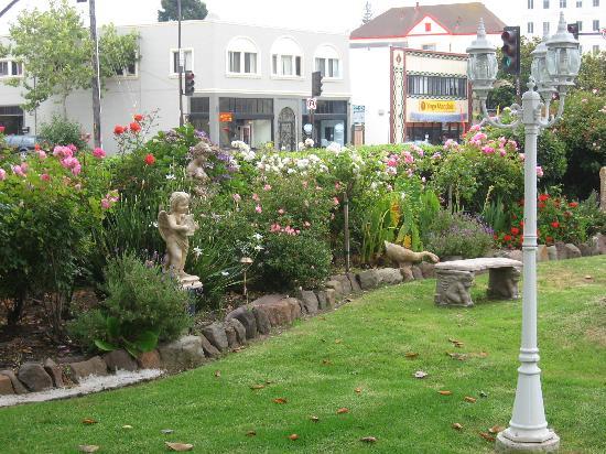 Rose Garden Inn: Front lawn - RGI