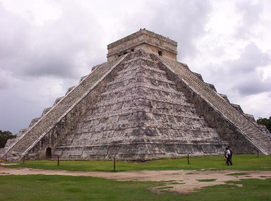 Piste, Meksika: Chichen Itza's Kululkan Pyramid. Newly named the new 7th wonder of the world.