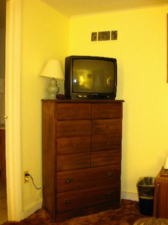 Red Oak Inn: TV and dresser in room 20