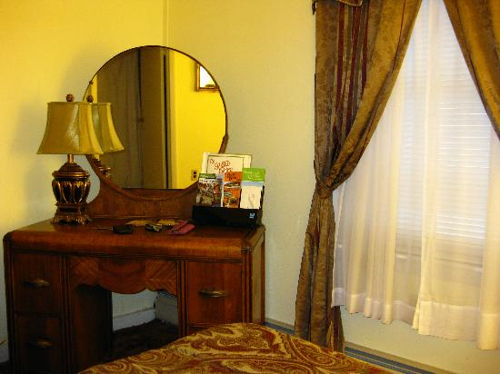 Red Oak Inn: Wardrobe, mirror and window in room 20