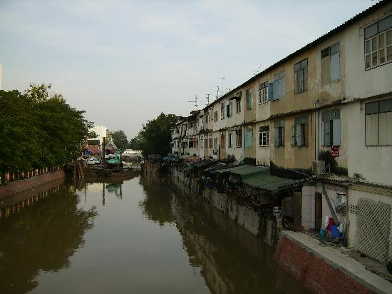 Diamond House: the canal next to the hotel
