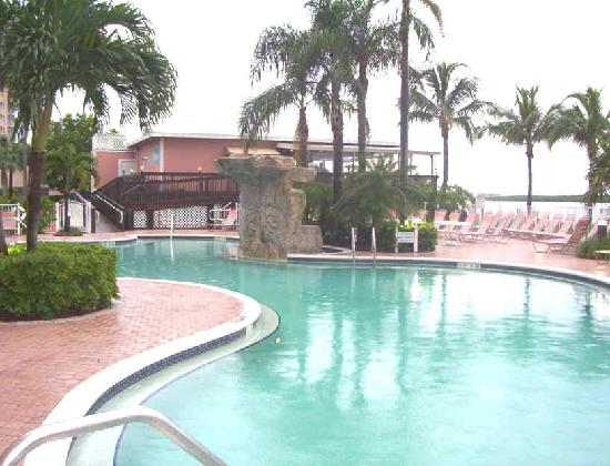 Lovers Key Resort: Pool and restaurant at Lover's Key Resort