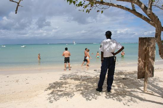 Hotel Riu Montego Bay: security guards keeping vendors off resort grounds