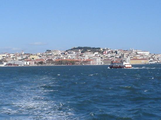 Fonte da Pipa: Lisbon view from ferry