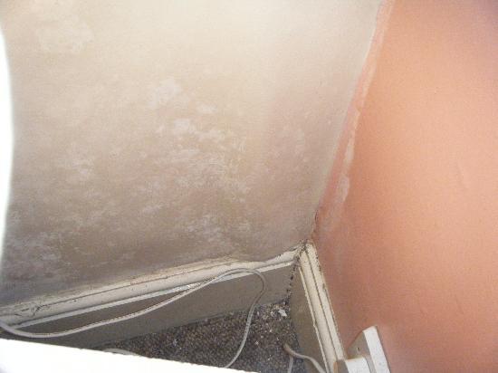 Westgate B&B: Dirt behind locker