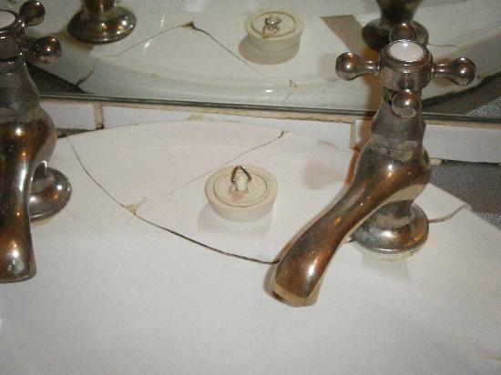 Westgate B&B: Cracked washbasin