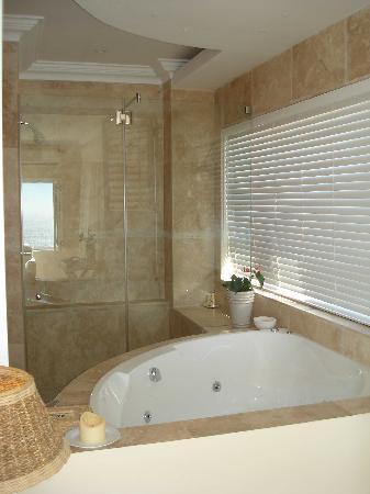 Atlantic Suites Camps Bay: Bath and shower