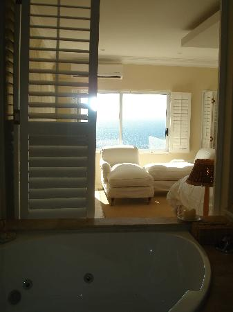 Atlantic Suites Camps Bay: Sutters from bathroom over views