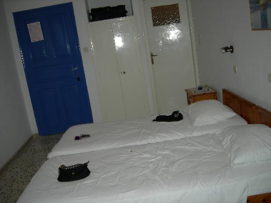 Hotel Dilino : La camera e l'armadio a muro